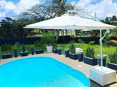 parasol à roulettes et piscine