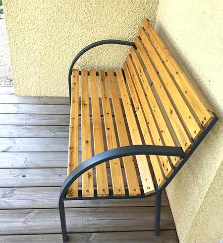 banc en bois pour mettre sur la terrasse extérieur