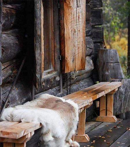 banc en bois massif devant chalet
