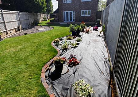 toile anti herbes pour parterre de fleurs