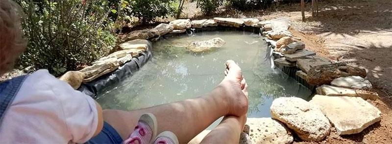 bassin de jardin dans le sud de la France avec une bâche