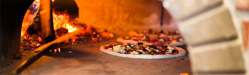 pizza cuite au feu de bois avec un four