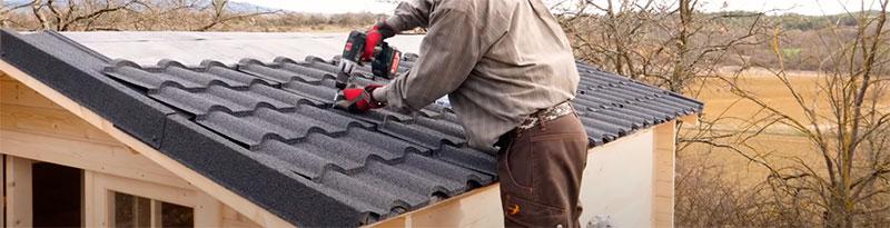 installer une toiture sur un abri en bois