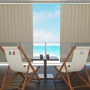 rideaux beige sur balcon entre-ouvert avec vue mer