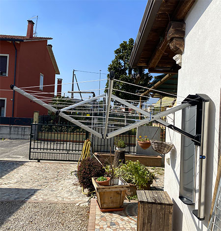 sechoir à linge sur mur de maison extérieur