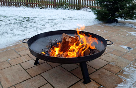 brasero avec feu de camp en hiver