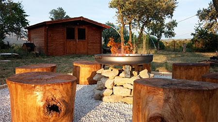 campa evc tronc d'arbre et feu au centre