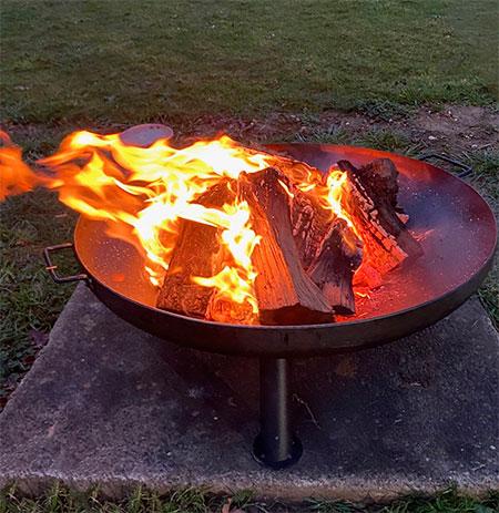 brasero avec des flammes sur une terrasse