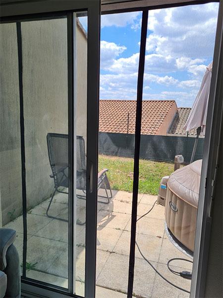 baie vitrée avec protection contre les moustiques