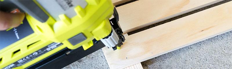 cloueuse électrique sur planche en bois