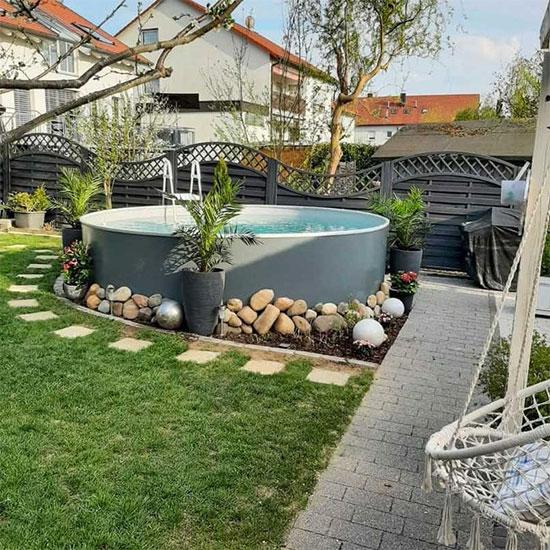 piscine tubulaire avec des plantes dans un jardin