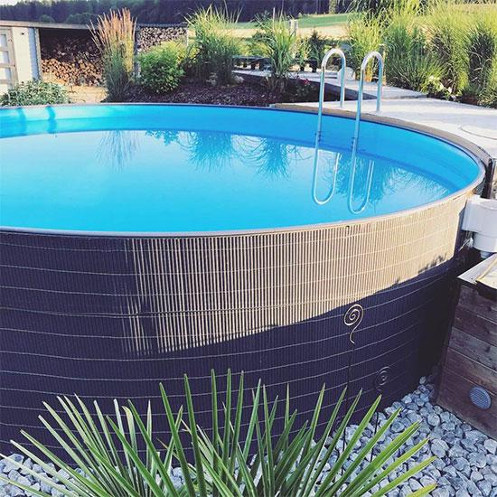 piscine avec des roseaux pour la camoufler
